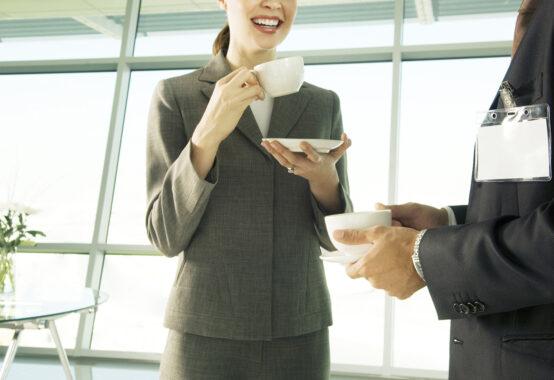 コーヒーブレイクでホッとして微笑む人