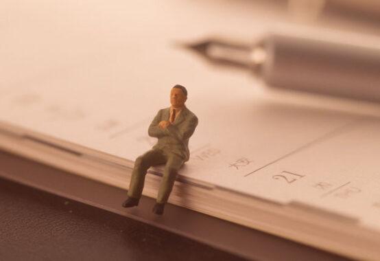 手帳とペンと考える人