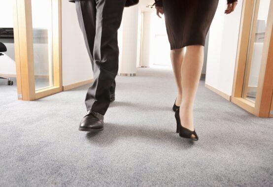 並んで歩く男女二人の足