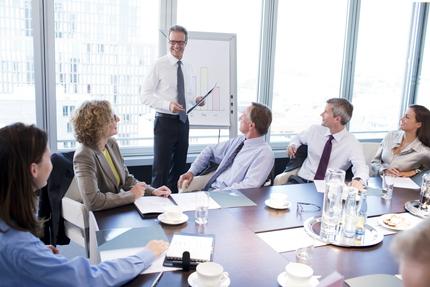 何人も参加している和やかな仕事のミーティング