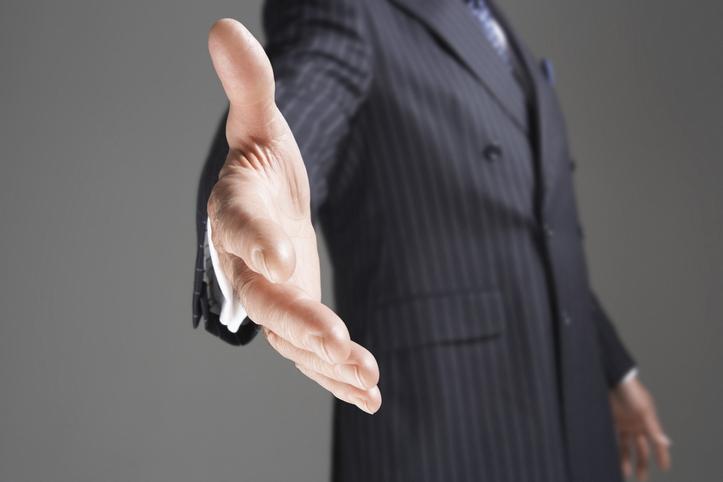 握手を求めて手を差し出す男性の手