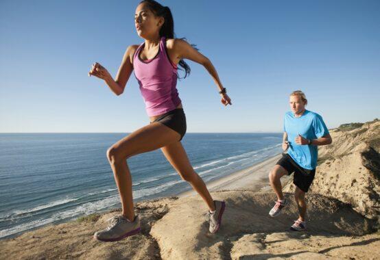 海辺の険しい道を走る2人
