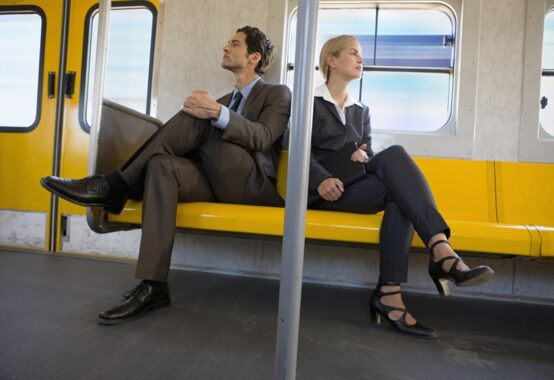 電車の中で険悪なムードの二人