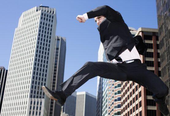 ジャンプするスーツ姿の男性
