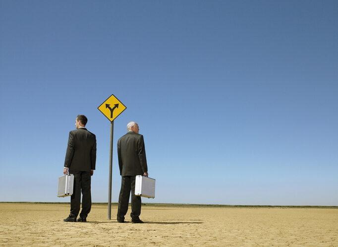 分かれ道に立つ男性二人