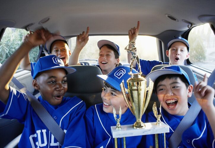 優勝した少年野球チームの帰りのバスの中