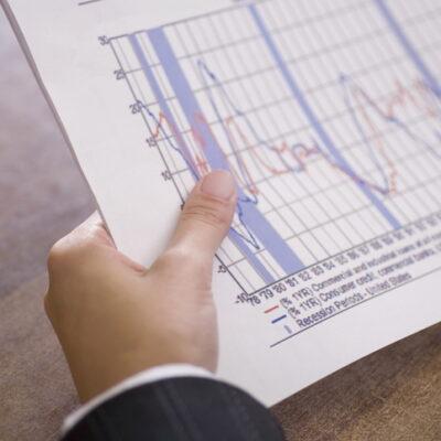 分析のためにグラフを見つめる