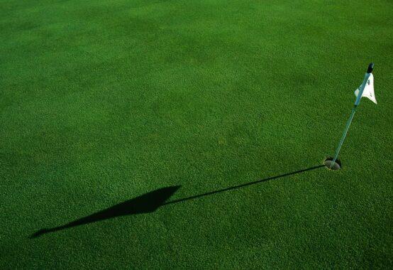 ゴルフのグリーン上のピンとホール