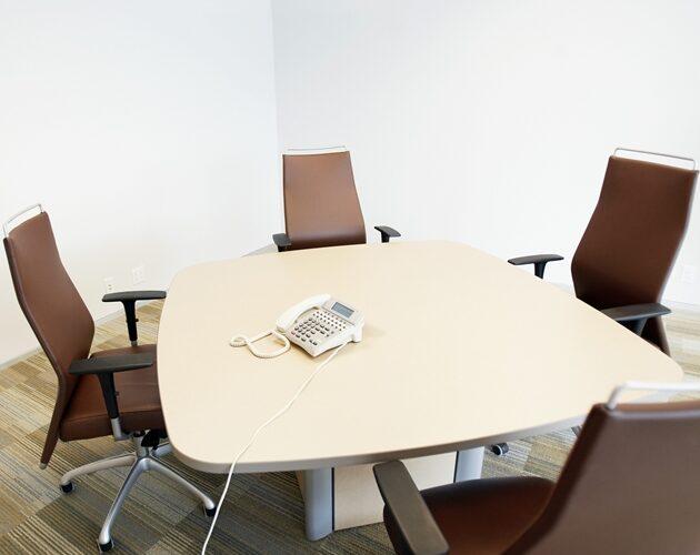 人のいない会議室