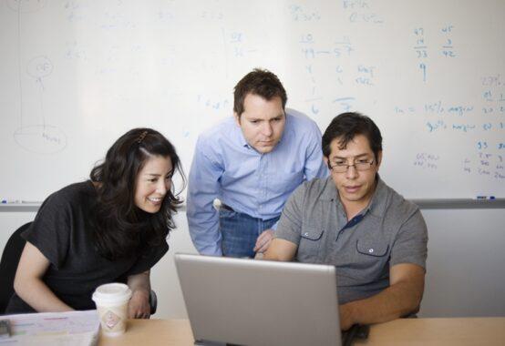 三人寄れば文殊の知恵を実践している三人のビジネスパーソン