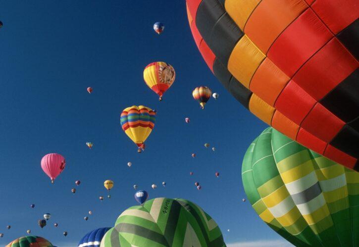 青空に舞い上がるたくさんの気球