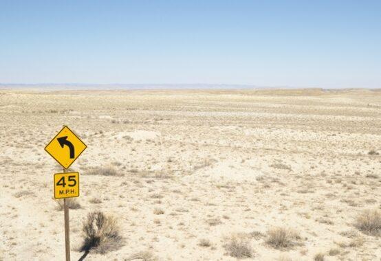 荒涼とした道のない場所に一本の道路標識