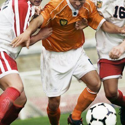 ボールを奪い合うサッカー選手たち