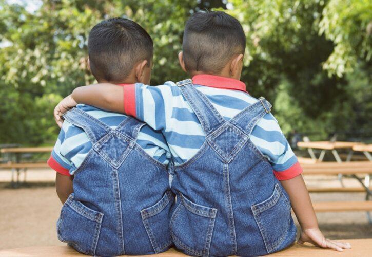 友達の方を抱く小さな子供