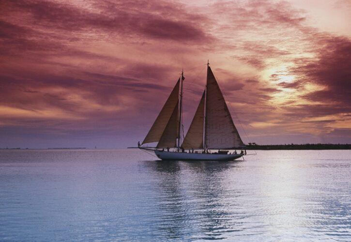 海を航海している帆船