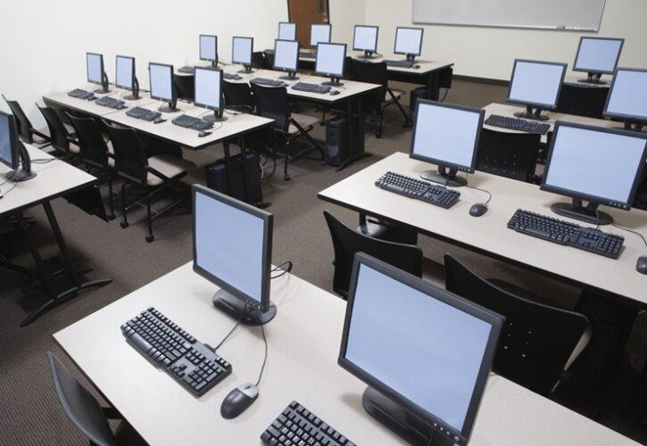 パソコンの並んだ研修室