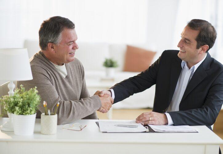 笑顔で握手する二人のビジネスマン