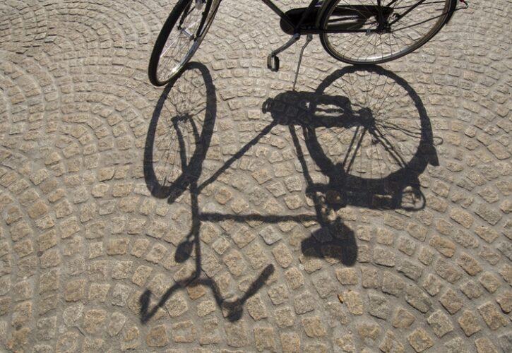 日向に置かれた自転車とその影